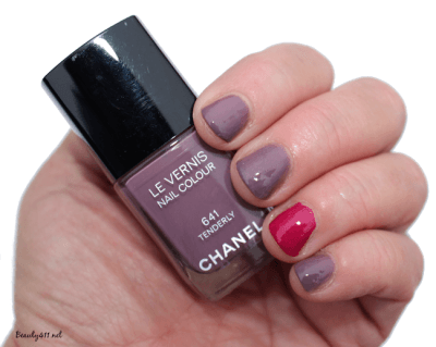 Chanel Tenderly Le Vernis swatch