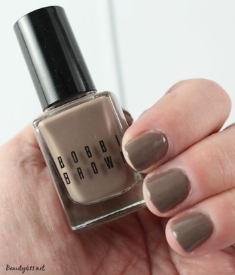 Since I have been obsessed with greige nail polish colors for some time, I thought it high time to show you my 5 favorite polishes in this color. The obsession for purchasing greige nail polish is fairly recent, but I already had a thing for all things taupe.